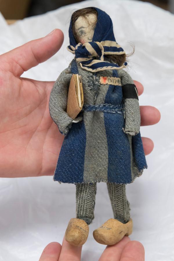 Het popje dat Riek Snel maakte, een soort zelfportret voor haar geliefde.