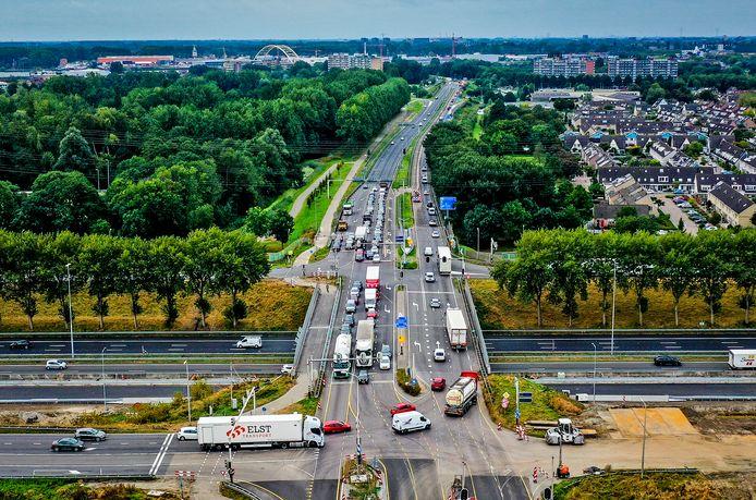 Op deze kruising van de A15 en de N3 is het de laatste tijd vaak een chaos, omdat auto's elkaars weg versperren.