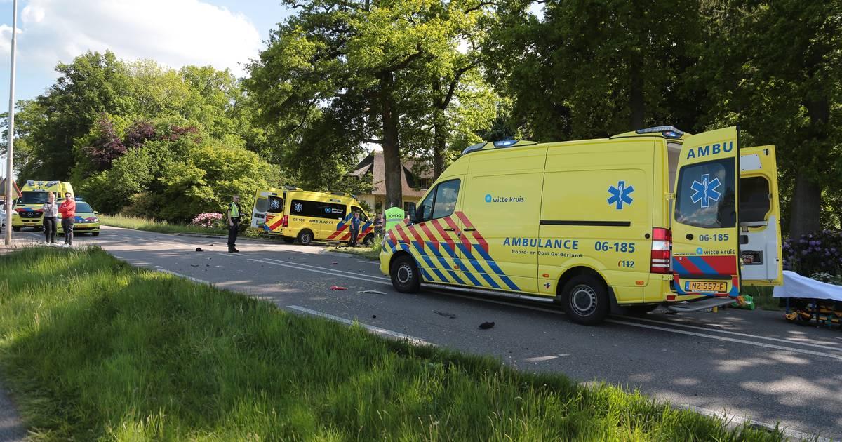 Snorfietser overlijdt na botsing met auto bij Wezep.