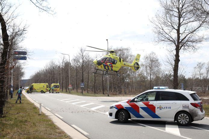 De traumahelikopter landt voor gewond geraakte motorcrosser.