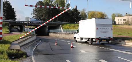 Wéér rijdt vrachtwagen balk eraf bij berucht viaduct in Waalwijk