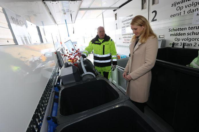 De milieustraat komt in Helmond naar je toe. Inwoners kunnen gratis hun afval inleveren op verschillende plekken in de stad. Rechts wethouder Gaby van den Waardenburg