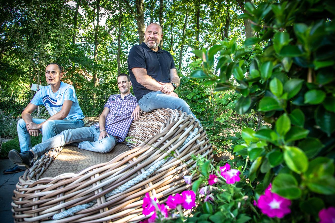 Mannen hebben hun eigen manier om ervaringen met kanker te delen. 't Klinkt misschien wat onvriendelijk, maar daar zijn niet altijd vrouwen bij nodig... Op de foto de drie vrijwilligers van nazorgcentrum IntermeZZo in Zwolle. Vlnr: Stephan van de Port (44), Sander Strating (39) en Salo Poiesz (52).