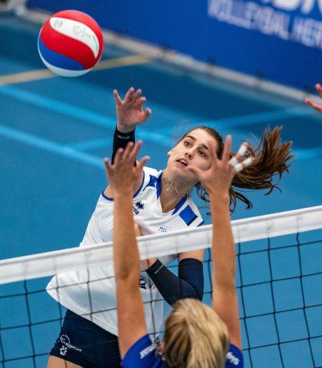 Julia Joosten is blij om haar oude teamgenotes van Regio Zwolle Volleybal weer te zien