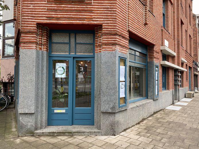 Nana is gelegen in een prachtig art-decogebouw aan het station.
