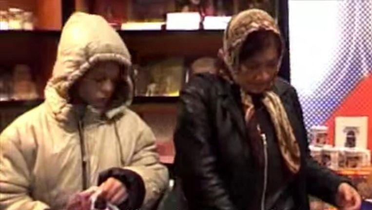 Een elfjarig Romameisje steelt in een winkel in de Amsterdamse binnenstad. Beeld Frank Buis