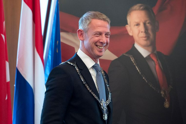 Onno Hoes neemt na een bijzondere raadsvergadering afscheid als burgemeester van Maastricht. Beeld anp