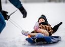 Kleine Faye van 11 maanden ziet voor het eerst sneeuw. Met ome Calvin en Moeder Vivian gaat ze op de slee in Nieuwerkerk aan den IJssel en dat is nog even wennen.