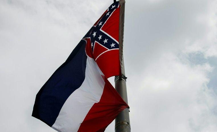De staatsvlag van Mississippi met het Confederatie-embleem in de hoek.