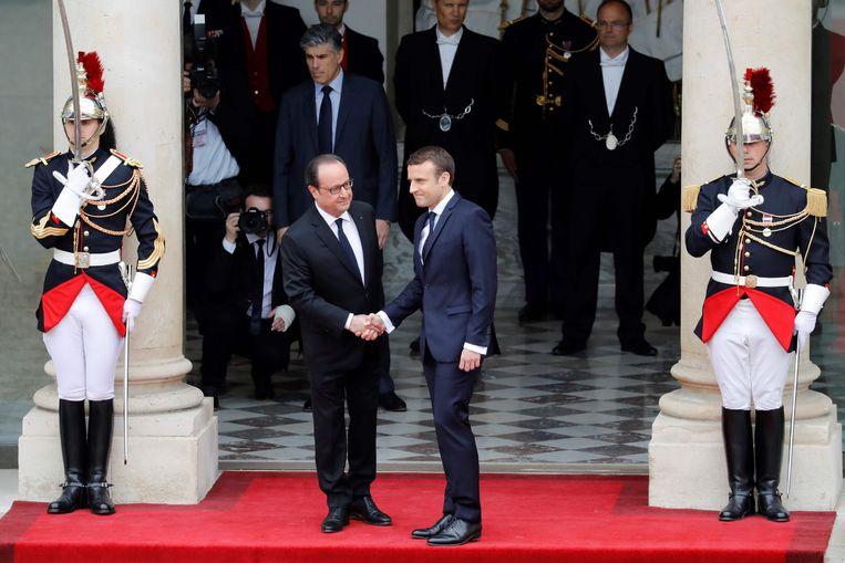 François Hollande ontving om 10 uur zijn opvolger Emmanuel Macron. Beeld AFP