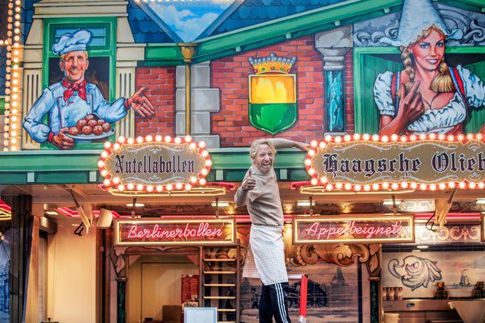 Jan Vermolen, de oliebollenkoning van Den Haag, bij zijn gloednieuwe kraam met Haagse accenten, die dit eerste weekend lekker heeft gedraaid met de verkoop.