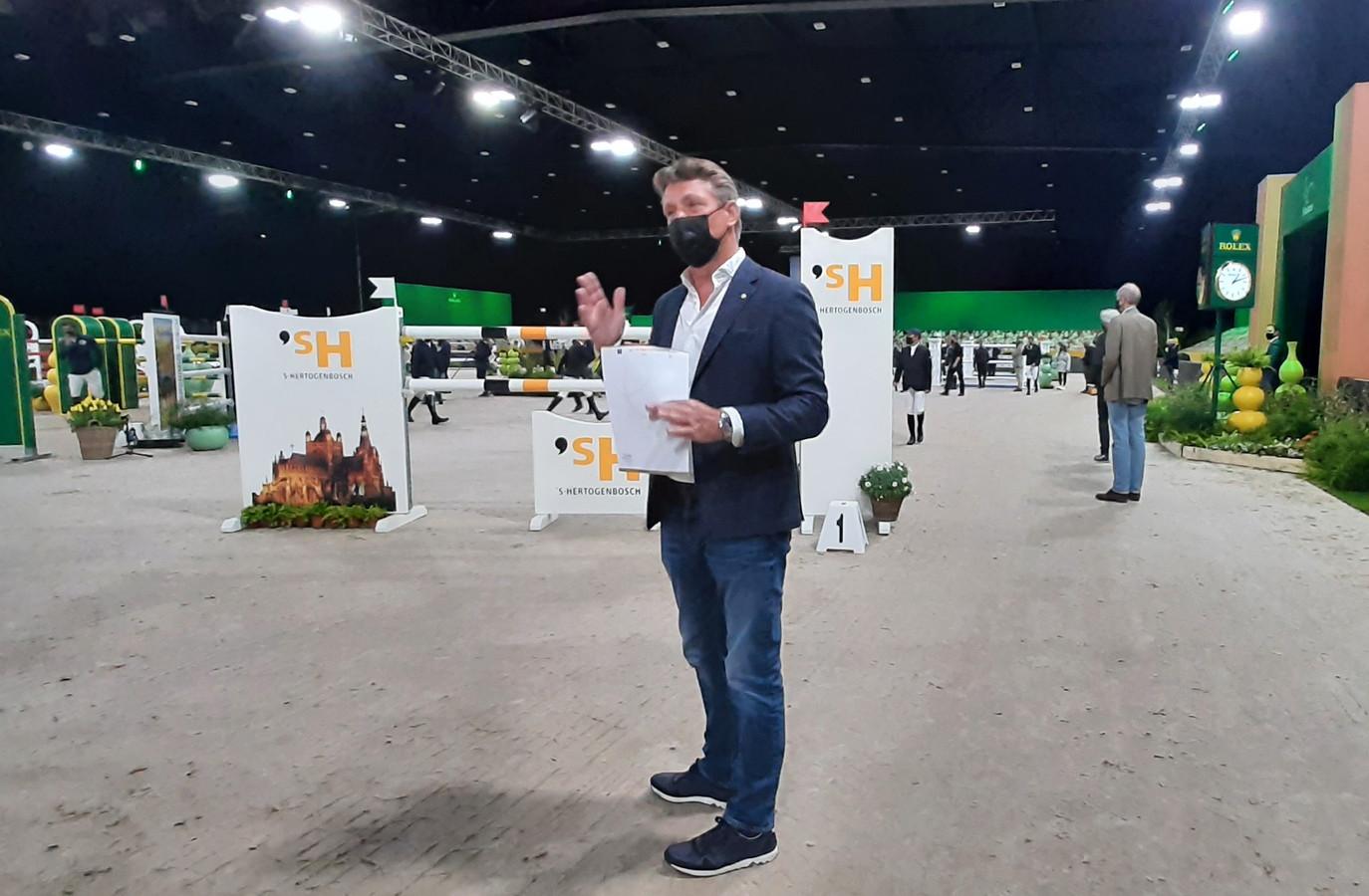 Springruiter Jeroen Dubbeldam doet niet mee aan The Dutch Masters in de Brabanthallen van Den Bosch, maar geeft vlak voor de start van de Rolex Grand Prix  tekst en uitleg bij de hindernissen.