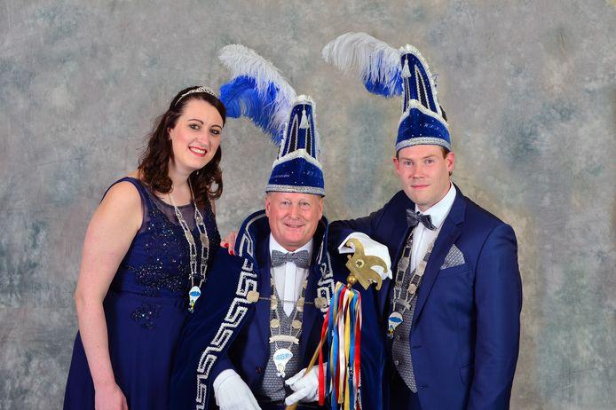 Prins Gert (Kampjes) samen met zijn prinses Shirley (Posthumus) en adjudant Tycho (Nuis) van H.V.C. de Noorkermennekes uit Hengelo