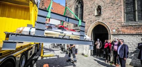Daar zweeft een Brugs praalgraf van 538 jaar oud: met 1,5 centimeter speling is tombe uit Jeruzalemkerk gehaald