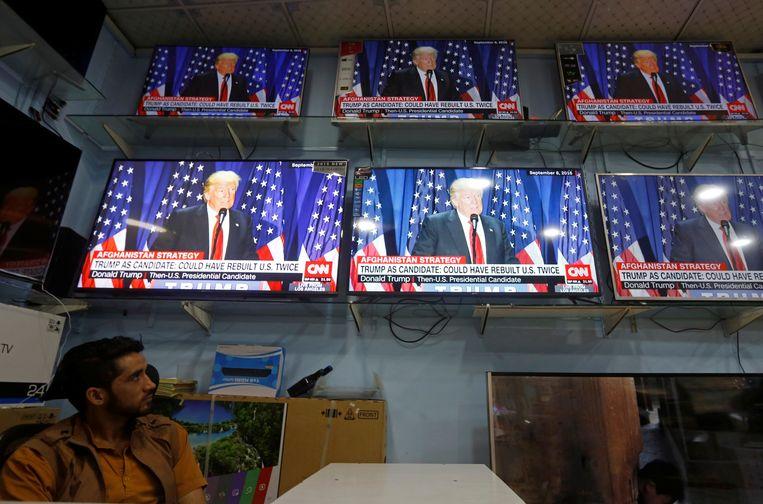 Een Afghaanse man bekijkt de toespraak van president Trump. Beeld REUTERS