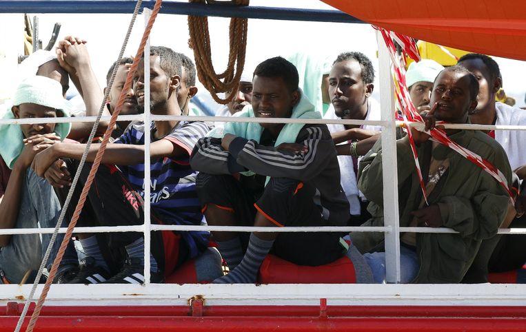 Bootvluchtelingen wachten in de haven van Sicilië tot ze van boord kunnen. Beeld Reuters