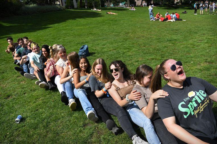 Studenten spelen spelletjes in het Konenburgerpark in Nijmegen tijdens de introductieweek. Beeld Marcel van den Bergh / de Volkskrant