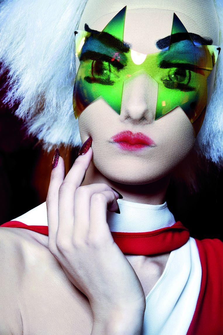 Make-up op een transparant masker voor een modeshow in Londen van ontwerper Gareth Pugh. Beeld GORUNWAY