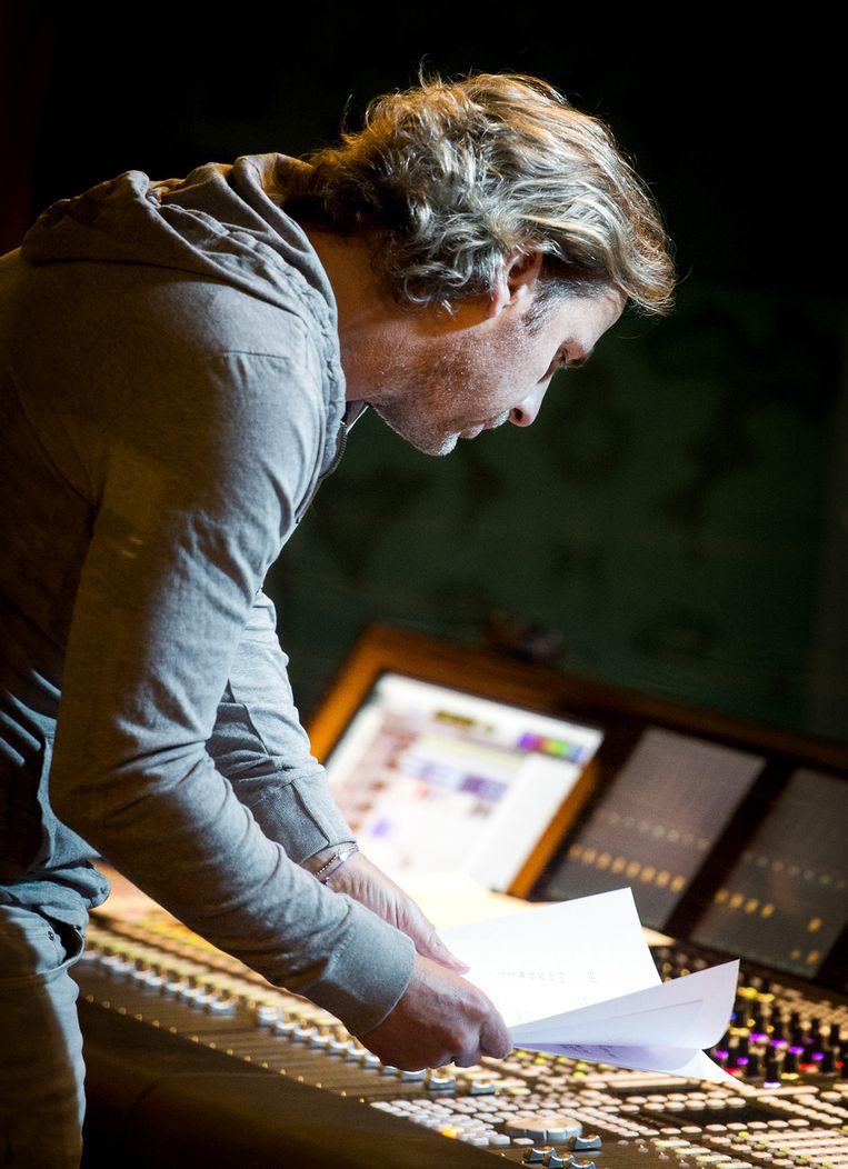 Componist John Ewbank tijdens het opnemen van het Koningslied Beeld anp