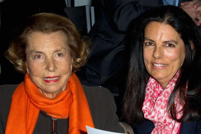 Liliane Bettencourt en haar dochter Françoise Bettencourt-Meyers op de Paris Fashion Week in 2012.