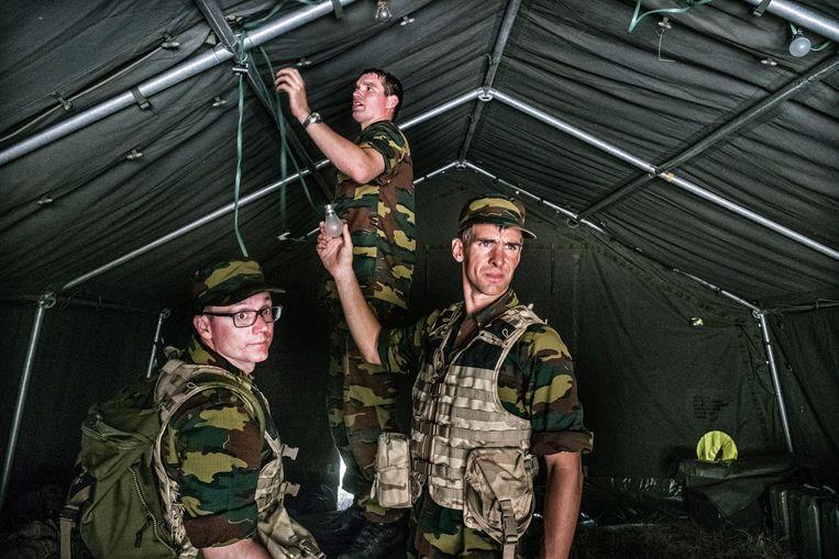Joachim Pohlmann en Jonathan Holslag in opleiding voor reservist in het Belgisch leger. Beeld Tim Dirven