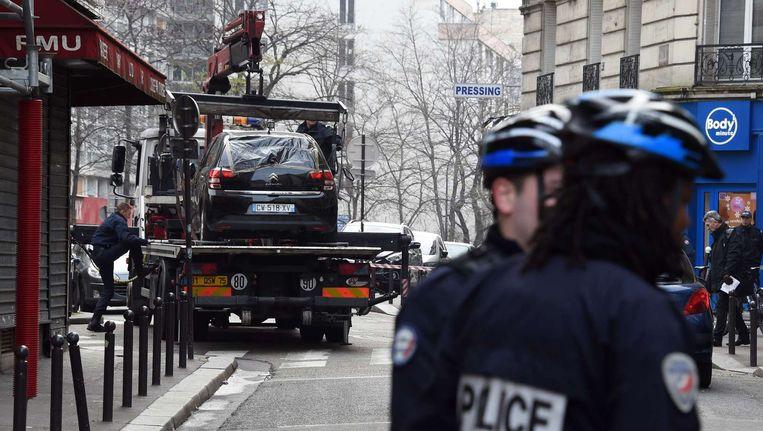 De vluchtauto van de daders werd leeg teruggevonden in het negentiende arrondissement van Parijs. Hij werd door de politie getakeld. Beeld AFP