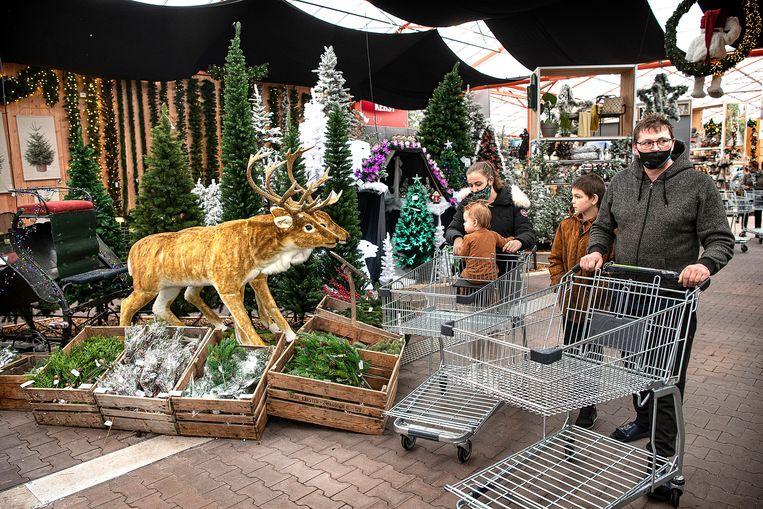 Klanten kijken rond in een tuincentrum in het West-Friese Hoogwoud: hoe wordt Kerst? Beeld Guus Dubbelman / de Volkskrant