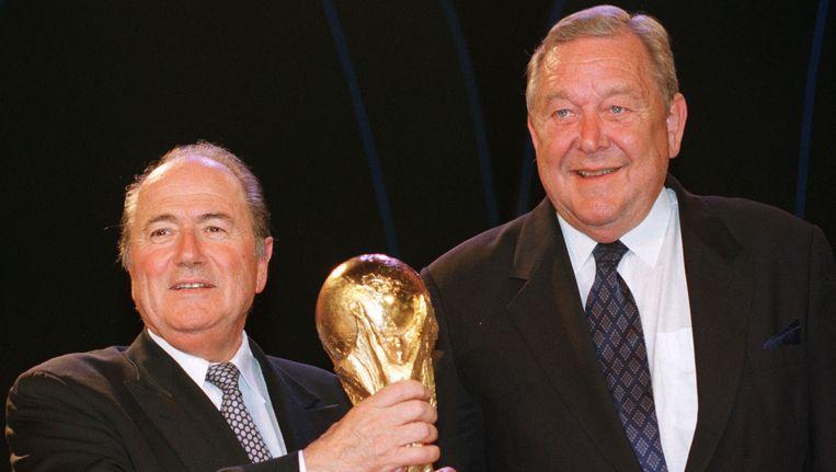 Lennart Johansson (r) met Sepp Blatter in 1998, nadat de Zwitser verkozen werd tot president van de FIFA. Beeld ap