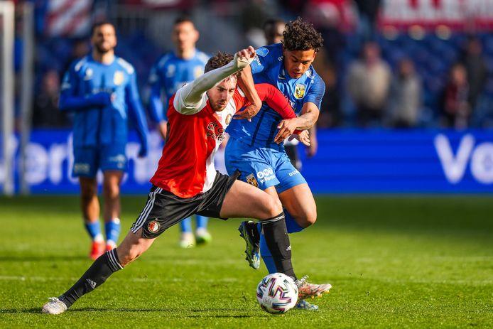 Million Manhoef vecht een duel uit met Feyenoorder Orkun Kökcü.