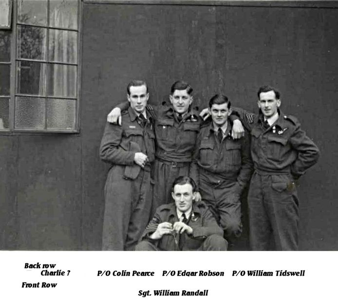 Vier van de zeven bemanningsleden. De man rechts maakte de nachtvlucht naar Krefeld niet mee.