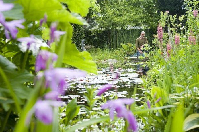 Joop de Blok temidden van zijn plantenpracht. Zaterdag is iedereen welkom. foto Tonny Presser/het fotoburo