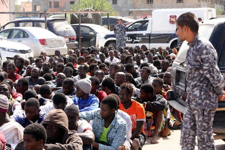 Migranten die zijn gearresteerd door de Libische autoriteiten die de Middellandse Zee probeerden over te steken. Beeld afp