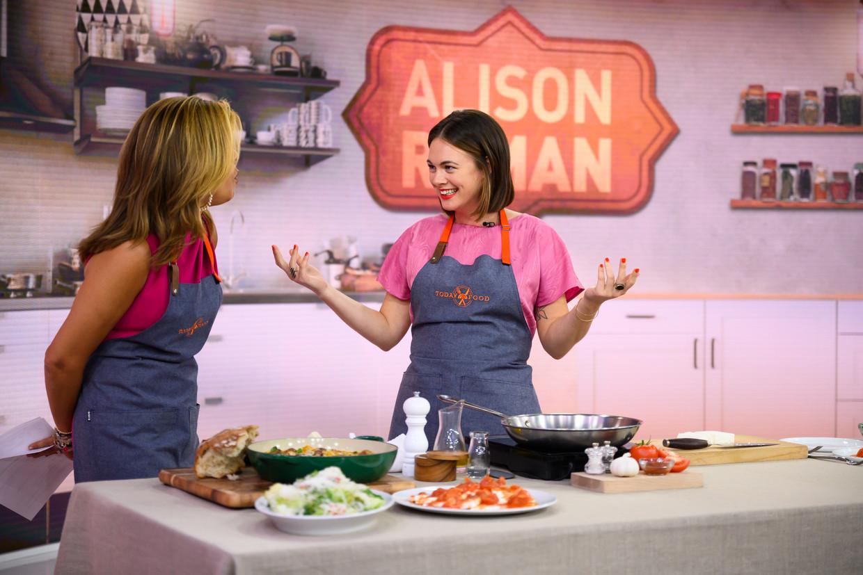 Nieuwspresentatrice Hoda Kotb en Alison Roman (rechts) tijdens Romans kookshow. Beeld  Getty Images