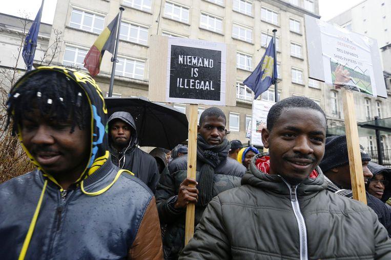 Eind december eisten ruim 200 demonstranten in Brussel het ontslag van Theo Francken, staatssecretaris voor Asiel en Migratie. Hij gaf Soedanese beambten inzage in dossiers van migranten uit Soedan, voordat ze werden uitgezet.  Beeld BELGA