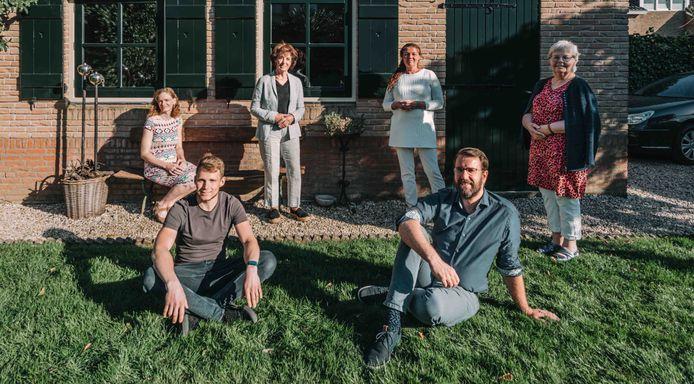 Het team van platform Op Afstand Dichtbij in Krimpen is Het Krimpens Kwartiertje gestart. Rechtsonder: Hugo van der Wal.
