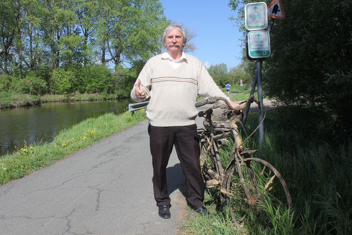 Johan Van Nieuwenhove met de fiets waar hij 40 jaar geleden mee in de Dender reed.