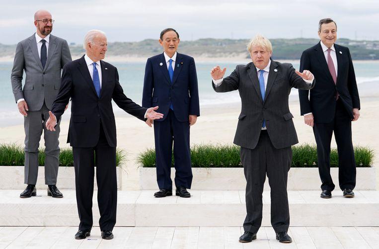 De G7-leiders poseren voor een 'coronaproof' foto bij Cornwall.  Beeld AP