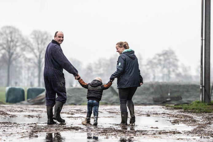 Ronald en Bernadet met hun steunkind, die een dag in de week op de boerderij ronddartelt.