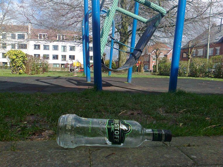 Ook op het speelpleintje liggen lege flessen sterkedrank.