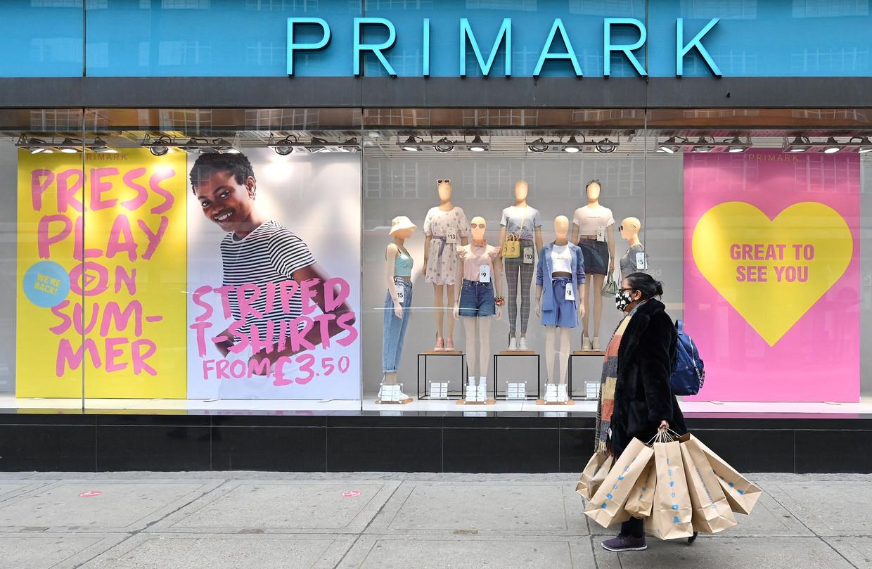 De tassen van Primark waren al van papier, nu wil het bedrijf het ontwerpproces aanpassen om ook hun kleding duurzamer te maken.  Beeld AFP