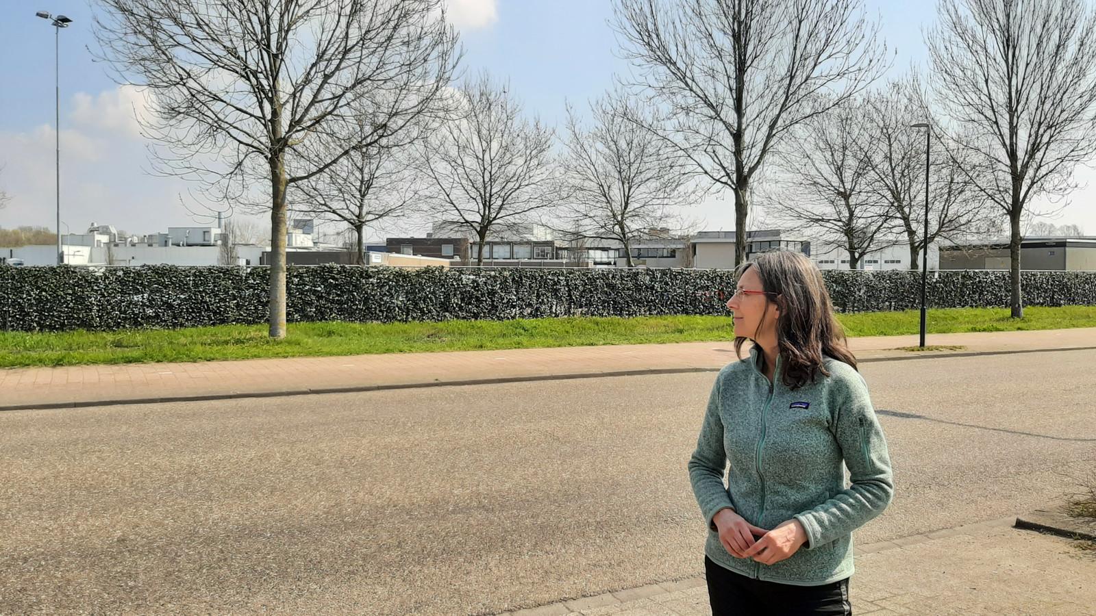 Mirjam Bemelmans voor de varkensslachterij van Vion op industrieterrein Ladonk in Boxtel.