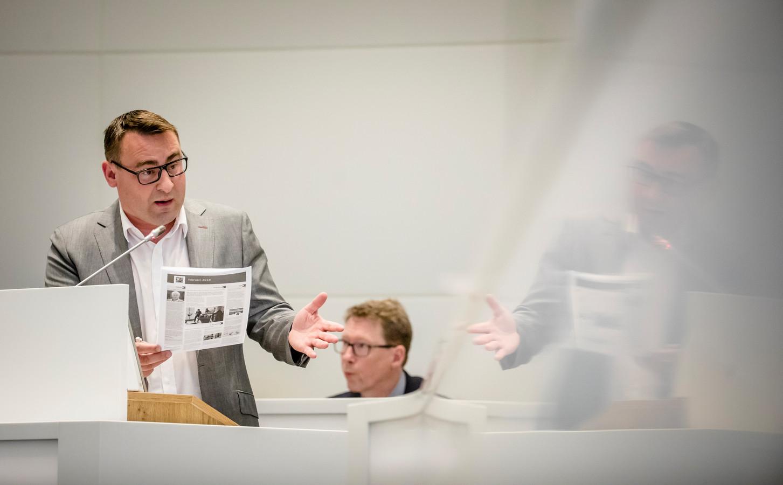 Richard de Mos (Groep de Mos) voert het woord tijdens een raadsvergadering.