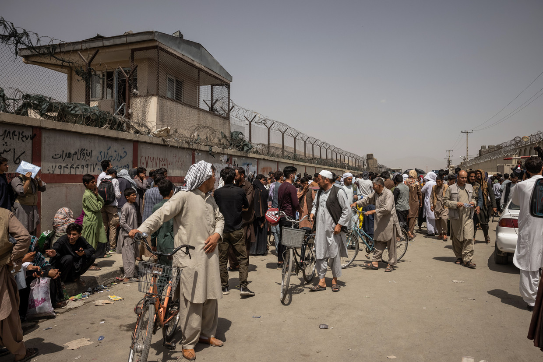 Afghanen die willen vertrekken, komen het vliegveld van Kabul niet op. Beeld Hollandse Hoogte / The New York Times Syndication
