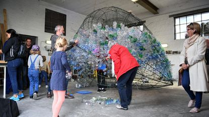 Pieter Janssens bouwt lichtinstallatie met petflessen