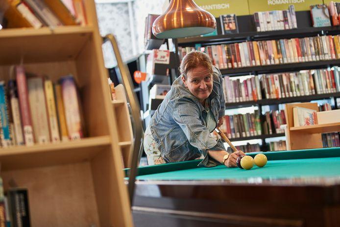Schrijfster Martine Letterie in de nieuwe Vordense bieb, waar een biljarttafel een centrale plek inneemt. ,,De boekenkasten staan om het biljart heen, er is geen goeie leestafel en het is er veel te rumoerig.''
