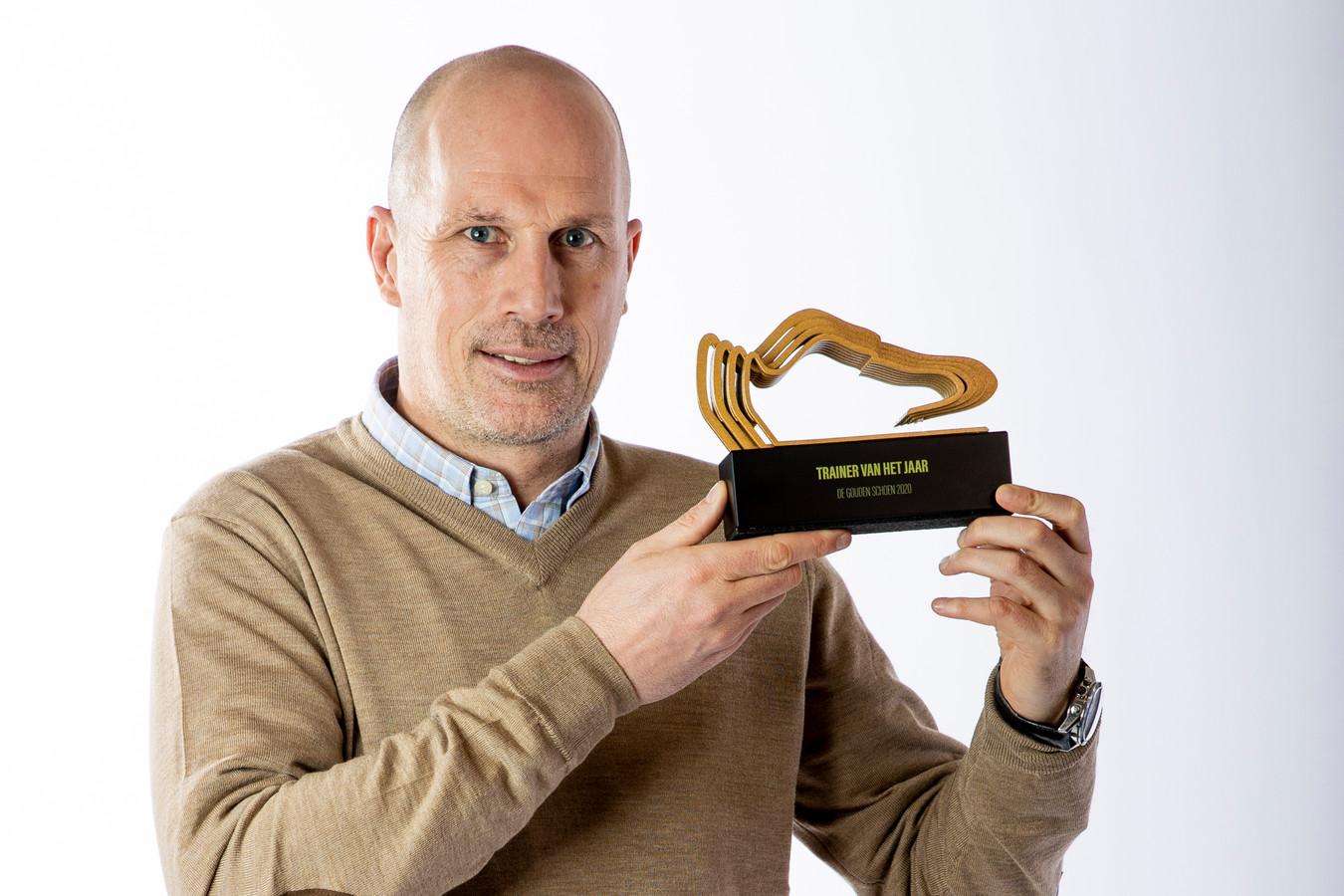 Philippe Clement met de trofee voor 'Trainer van het Jaar'.