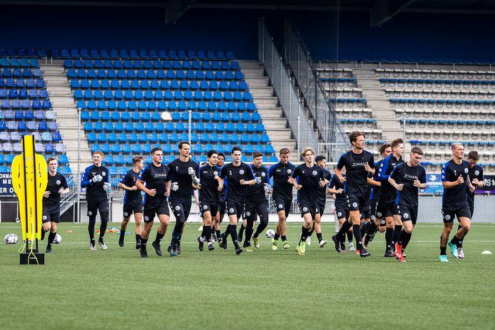 De selectie van FC Den Bosch bij de eerste training voor het nieuwe seizoen.