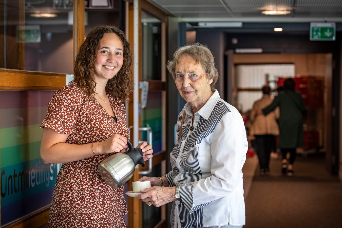 Bente de Roode schenkt haar oma koffie in. Ze wonen beiden in het woon-zorgcentrum De Wingerd.