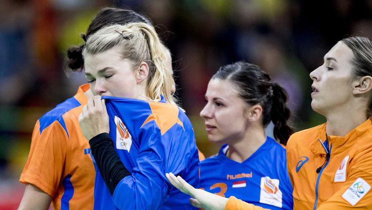 De Nederlandse speelsters Tess Wester, Jasmina Jankovic en Yvette Broch zoeken na het verlies steun bij elkaar. Beeld ANP