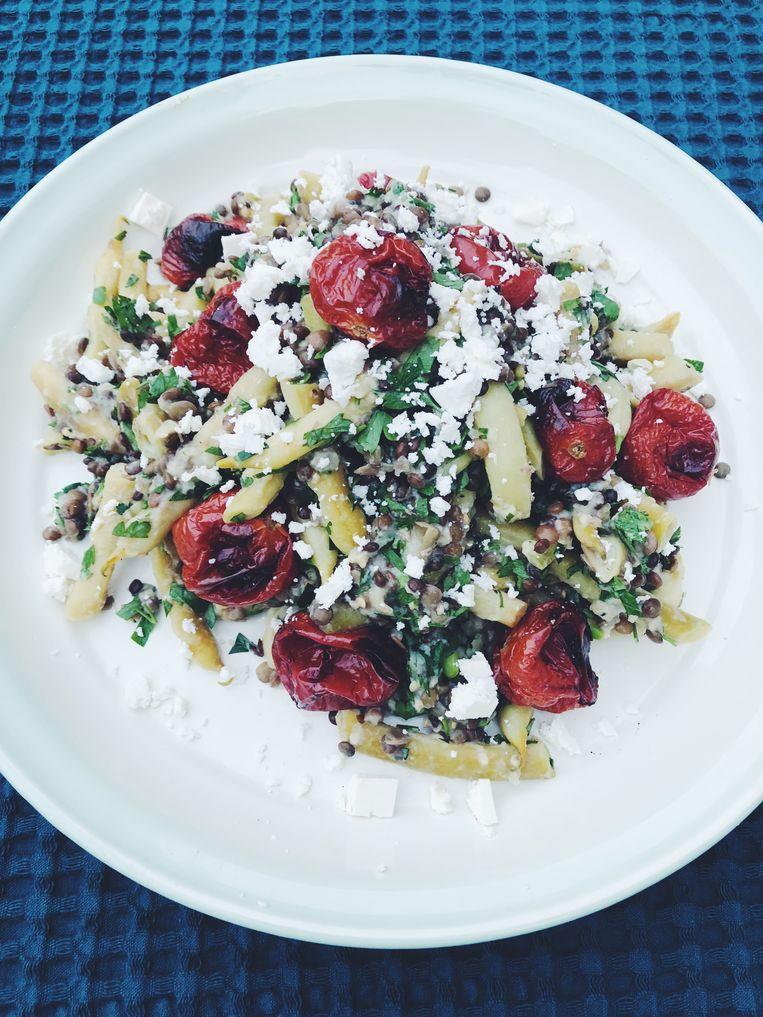 Maaltijdsalade met linzen, tomaat, boontjes & aubergine-yoghurtsaus. Beeld Yvette van Boven